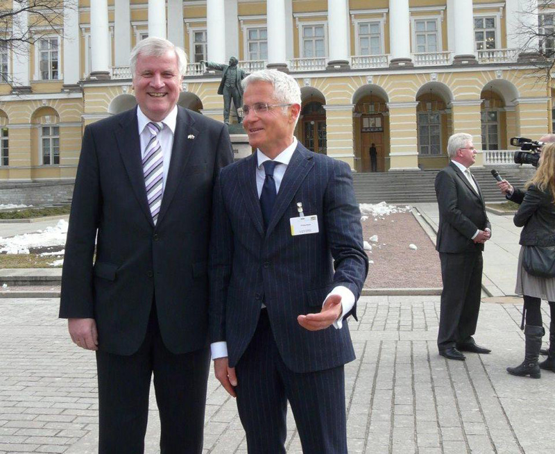 Philipp Bayat, Head of Sales and Marketing at BAUER GROUP, with Bavarian Prime Minister Horst Seehofer. Economy Minister Martin Zeil can be seen in the background.
